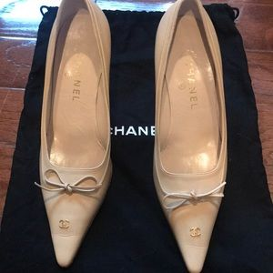 CHANEL  cream color leather pumps